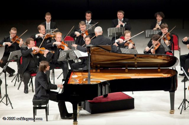 Senfoni Orkestrası Piyano Sanatçı Solist Piyano pianos orchestra pianist music müzik aletleri çalgı muzikal musical enstrümanları bilgi site nedir