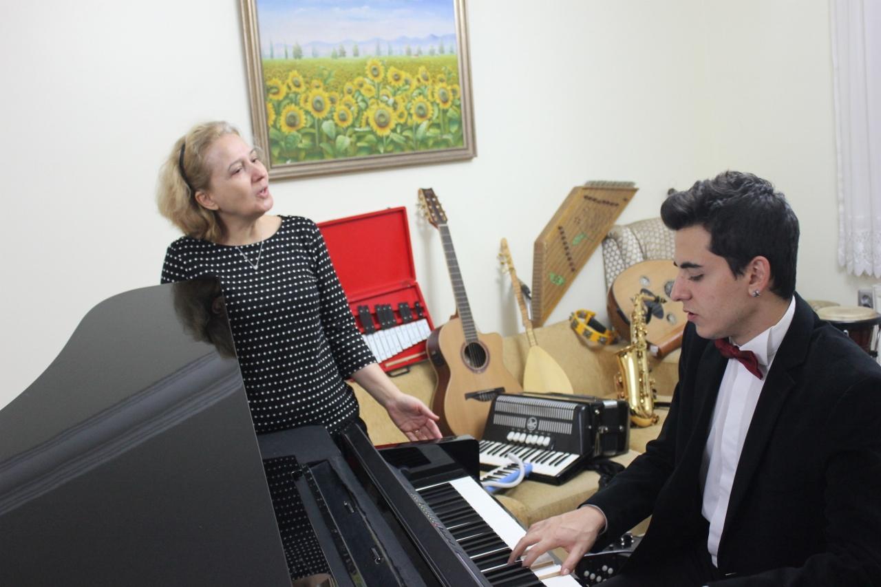 Uluslararası Türk ANADOLU HABER AJANSI Yeni Çıkan Beste Şiir Kitabı Konulu Haber Yaptı. Piyanist Güneş Yakartepe Piyano İTÜ 95 Çalgı Çalgı Enstrüman Saz Anne Baba